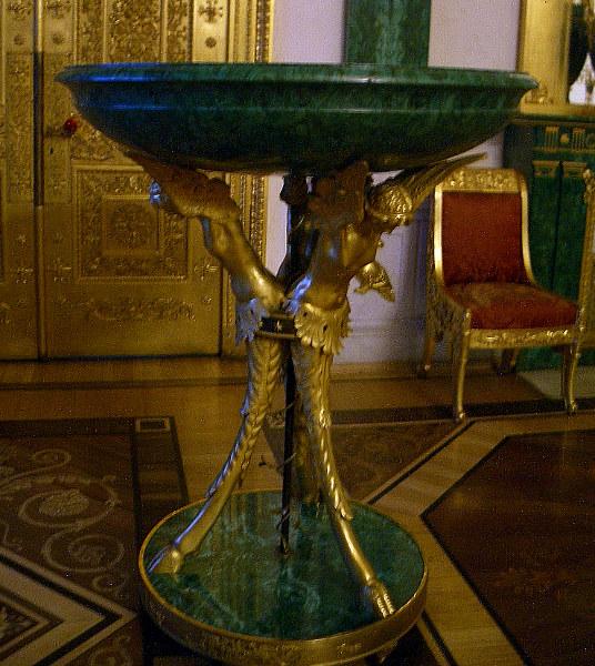 http://tamara.shemyak.com/SaintPetersburg/Hermitage/HermWinMain/W189/w189malahit_table4b.jpg